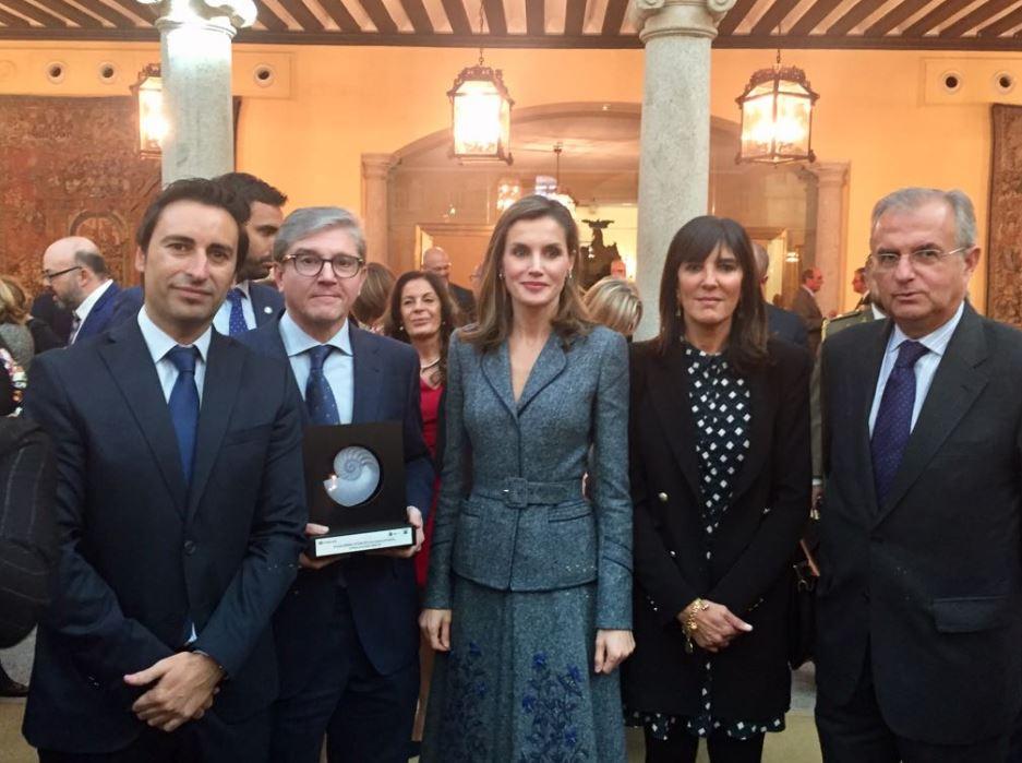 Representantes de Plena Inclusión Madrid y de Fundación Repsol posan junto a S.M. La Reina y el galardón