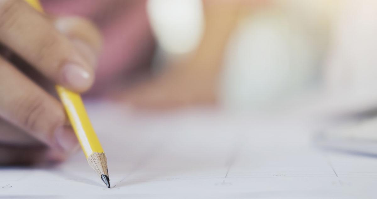 Imagen de una persona rellenando un formulario