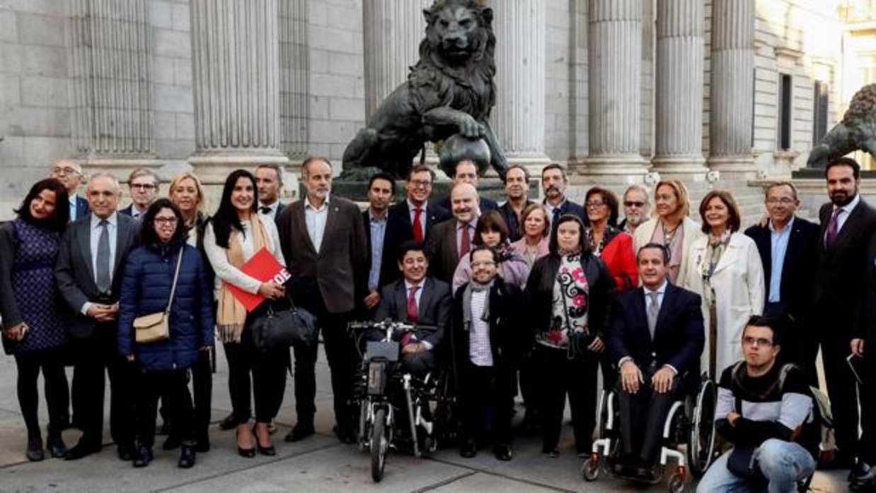 foto de representantes del movimiento asociativo frente al Congreso
