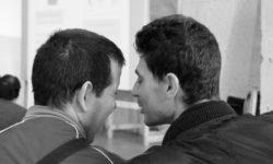 dos jóvenes con discapacidad intelectual conversando