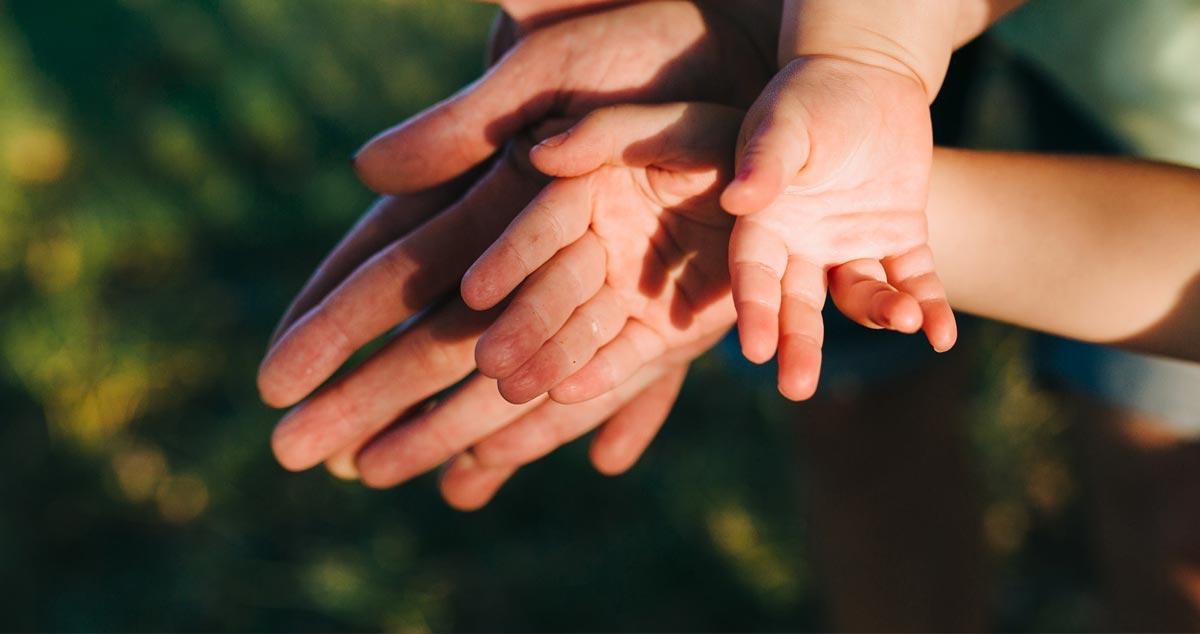 manos de una familia