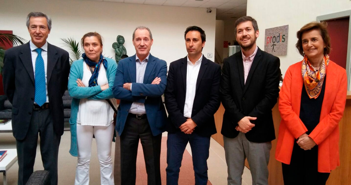 Representantes políticos y de las organizaciones durante su visita a Fundación Prodis