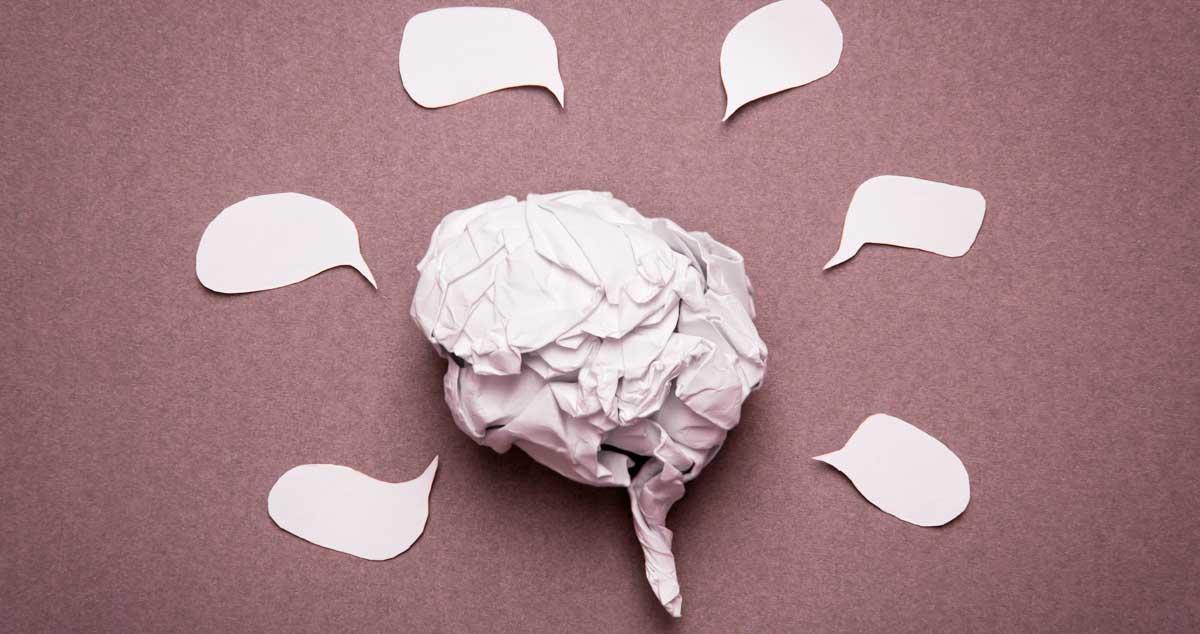 Imagen de recurso. Cerebro construido en papel y bocadillos de conversación