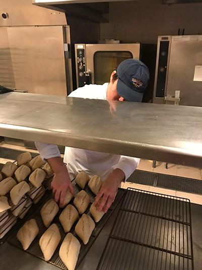 trabajador horneando pan