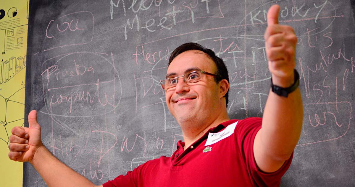 Hombre con discapacidad intelectual levantando los dedos en señal de Ok