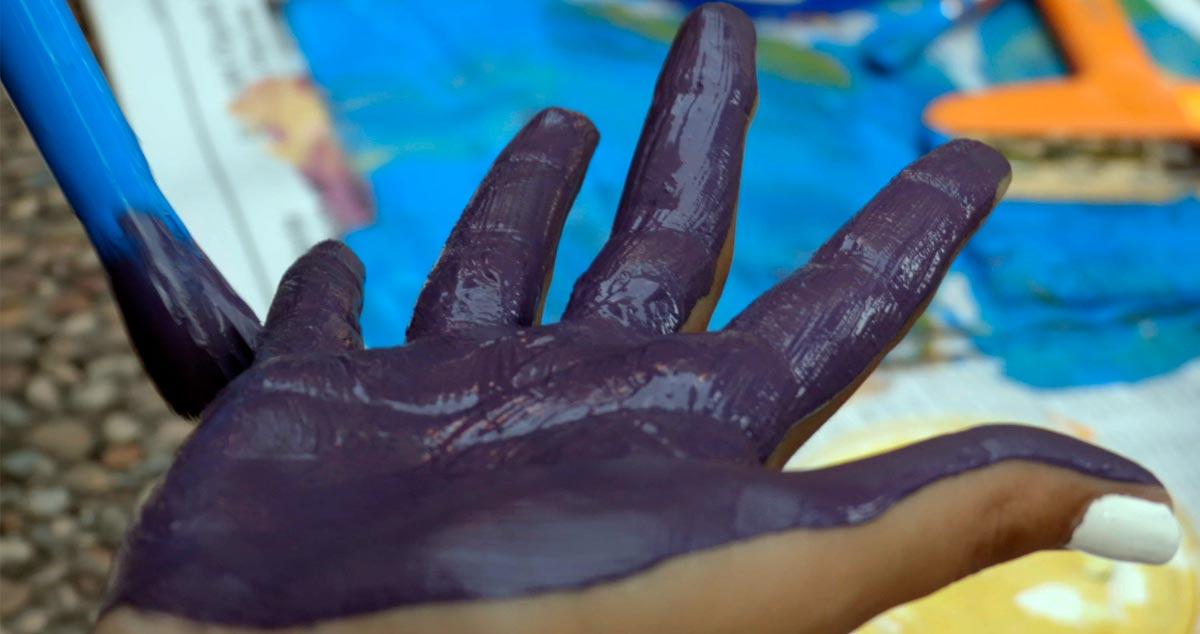 mano llena de pintura