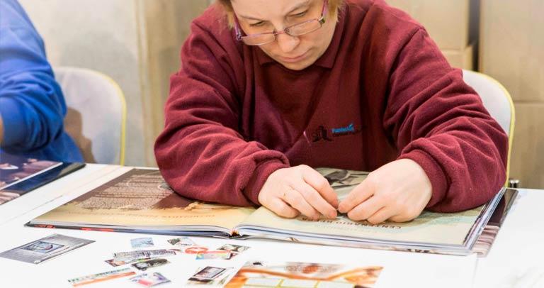 Una de las trabajadoras en el libro anual de Correos