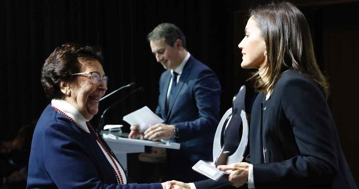 amparo Martínez, patrona, recibe el premio de manos de S.M. La Reina