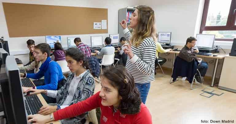 Imagen de personas con discapacidad en una clases