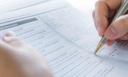 Persona cumplimentando formulario del concurso oposición