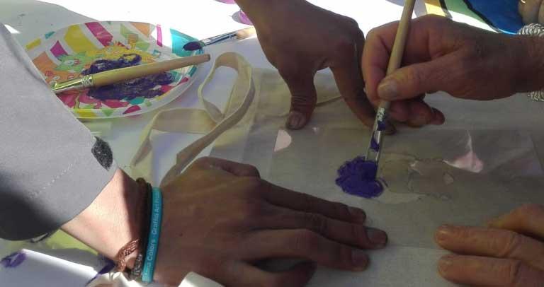 pintando bolsas de tela
