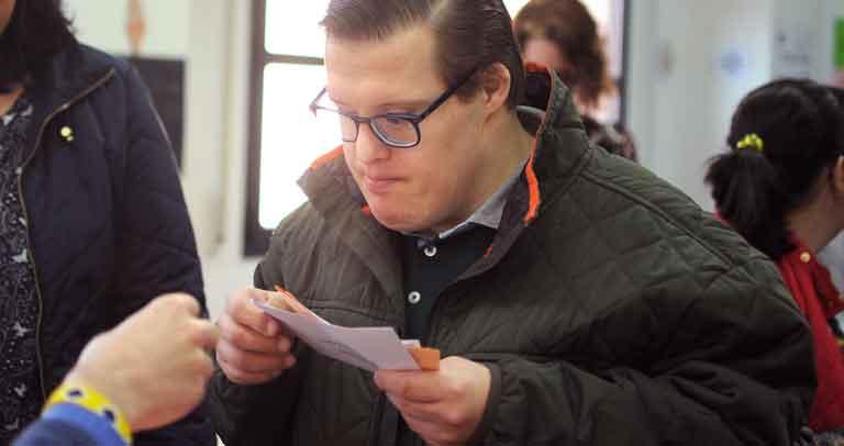Votante ejerciendo su derecho al voto en un simulacro