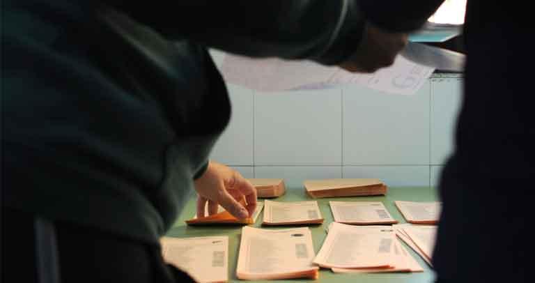 votantes cogiendo papeleta