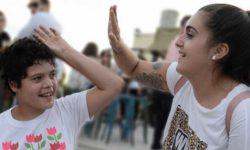 Foto de personas chocando las manos en señal de satisfacción
