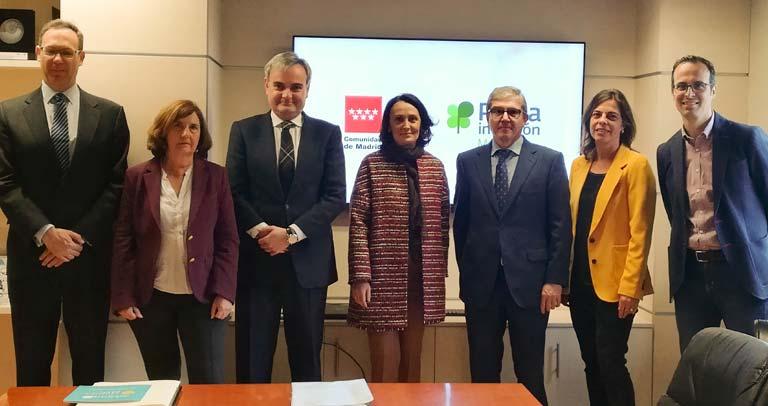 Foto de familia con la consejera, Yolanda Ibarrola y el presidente de Plena Inclusión Madrid, Mariano Casado