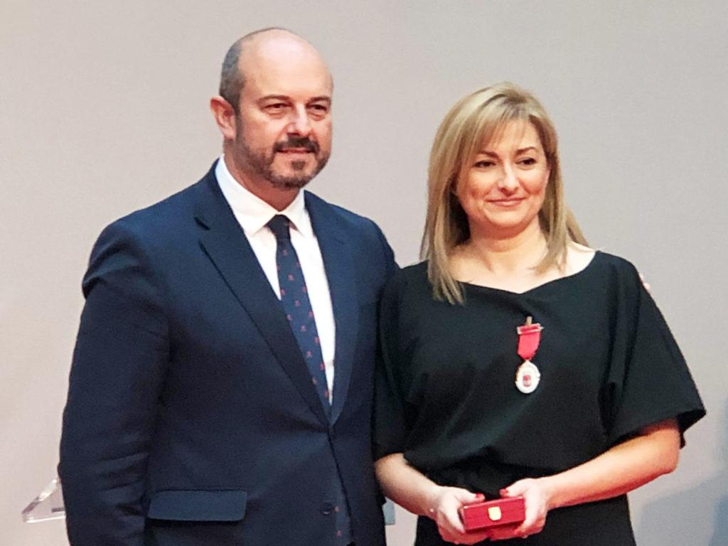 Pedro Rollán presidente de la Comunidad de Madrid, y Mar Torres, miembro de la Junta Directiva de PLena INclusión Madrid