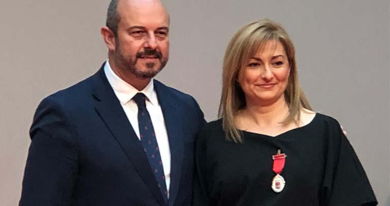 Pedro Rollán haciendo entrega de la Medalla de Plata de la Comunidad de Madrid a Plena Inclusión Madrid