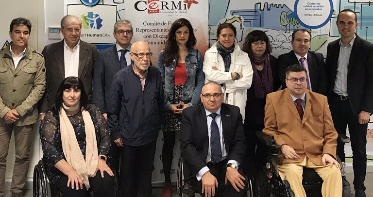 foto de Clara Serra y miembros del CERMI