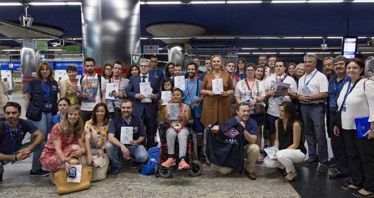 Jóvenes con discapacidad intelectual reciben los primeros ejemplares de la Guía de Uso de Metro de Madrid