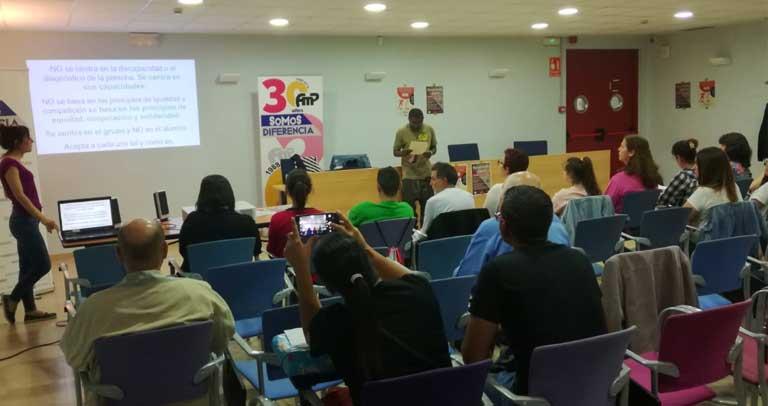 Representantes con discapacidad de AMPinto sensibilizan a profesionales de la concejalía de deportes del municipio