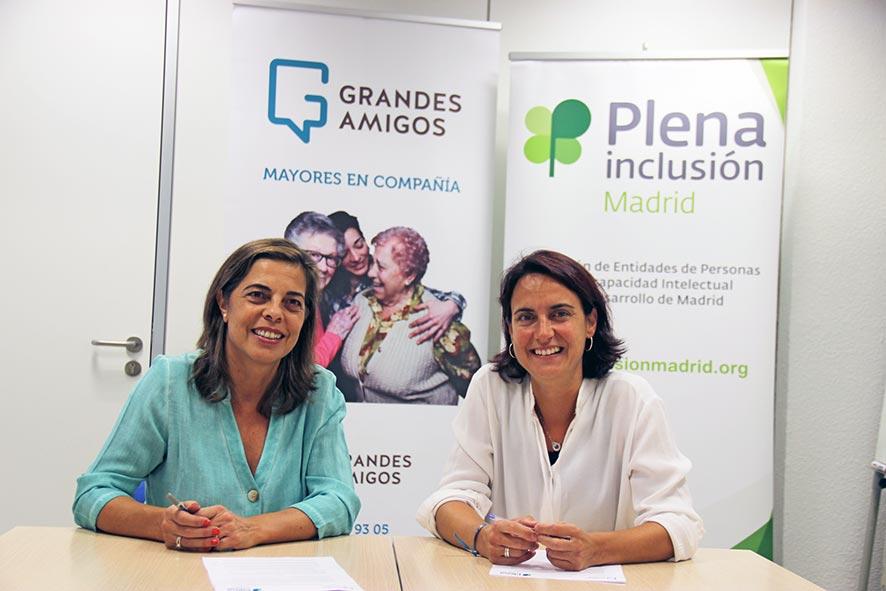 Silvia Sánchez y Mercedes Villegas en el momento de la firma de convenio