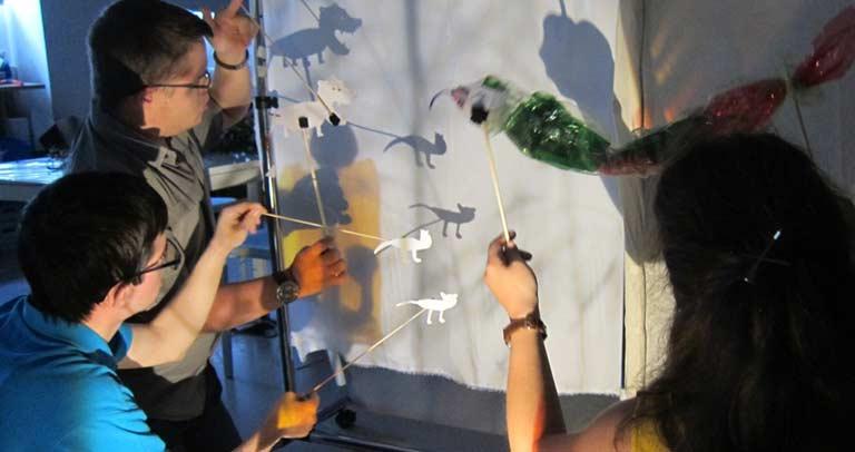 participantes realizando sobras de luz