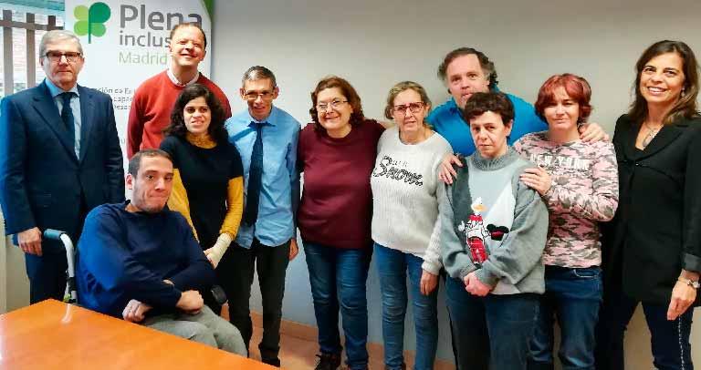 Los miembros del Comité de Representantes de Plena Inclusión Madrid junto a Mariano Casado y Silvia Sánchez