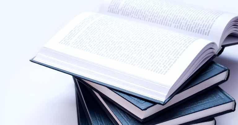 Libros sobre una mesa -