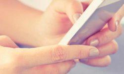 manos sujetando una tablet
