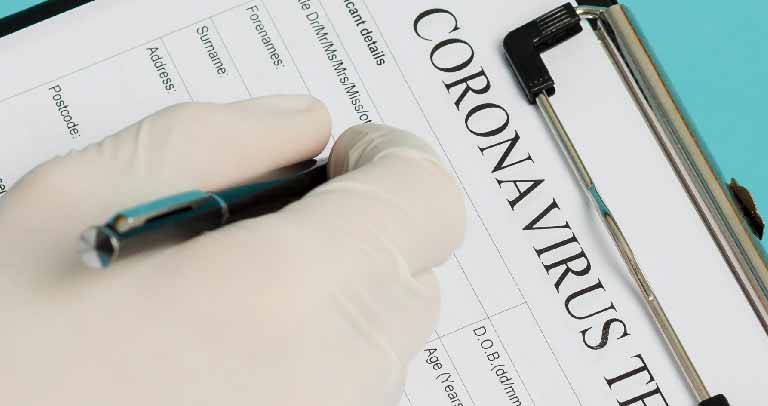 médico rellenado parte de coronavirsu