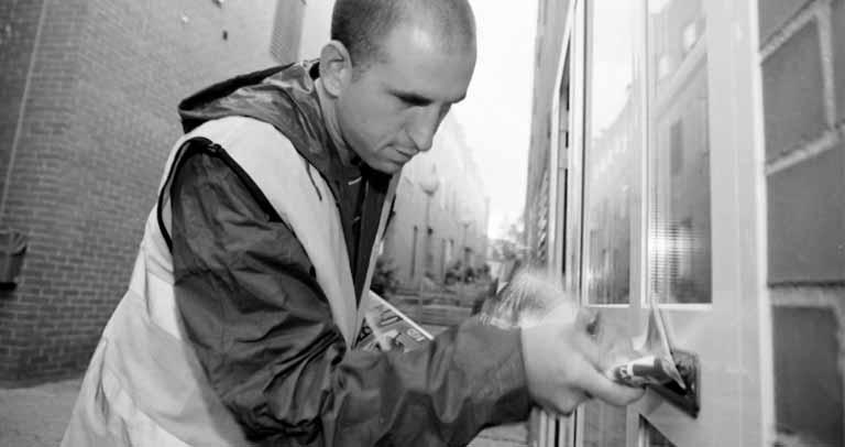 trabajador de Apadis realizando buzoneo