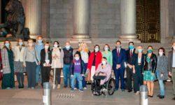 representantes ante la puerta del Congreso