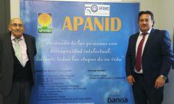 Juan Agudo Valtierra y Juan Agudo Villa posan por las 50 años de Apanid