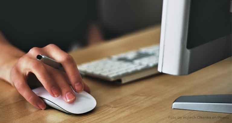 manejo de ratón frente a un ordenador