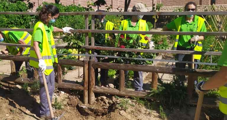 Trabajadores sustituyendo la valla