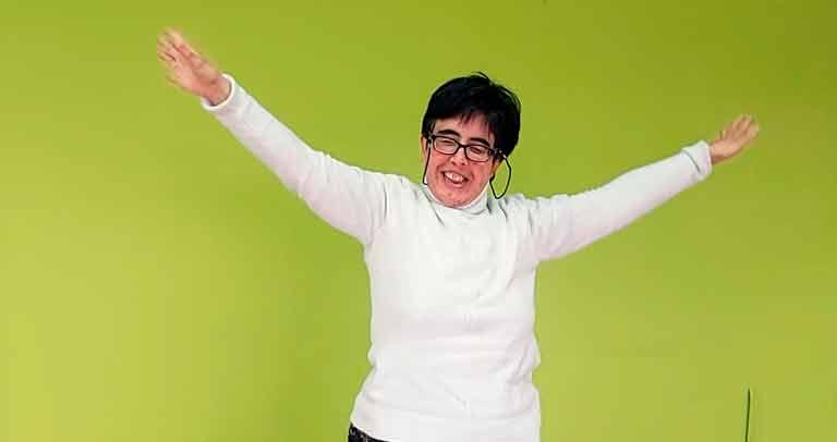 mujer con discapacidad bailando