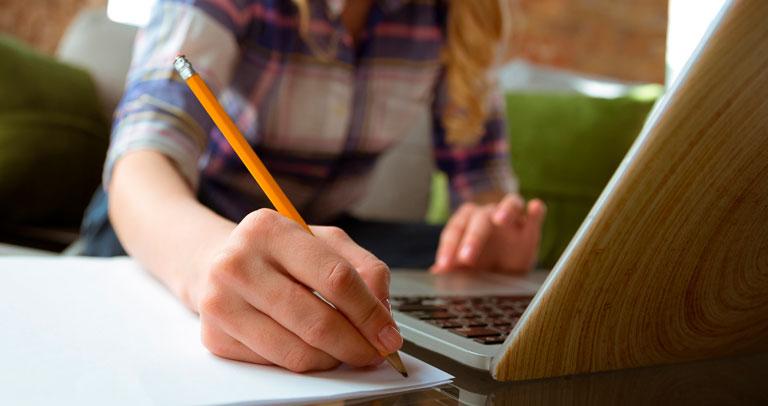 Una mujer jóven estudiando