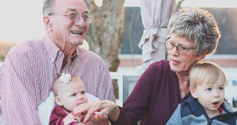 Abuelos con sus nietas en el regazo