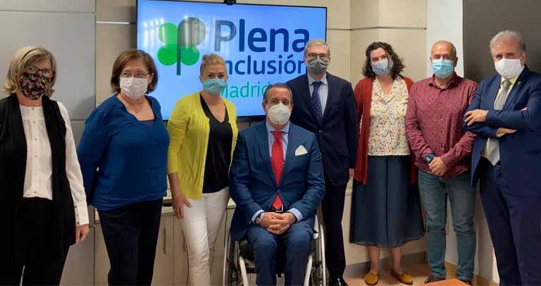 Foto de la Junta Directiva y el director general de discapacidad