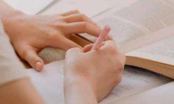 foto de recurso, mujer estudiando con libros y apuntes